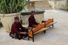 バリの伝統楽器を演奏