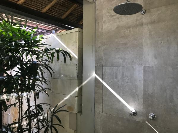 シャワーブースは屋内と屋外にそれぞれあります