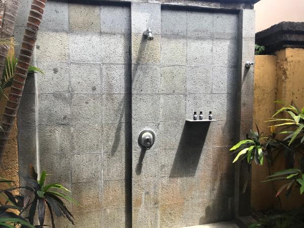 プライベートプールがあるので、屋外にもシャワーブースがありました