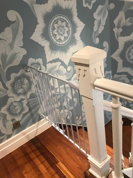 2階の階段前には柵があり、お子様の危険を回避します。