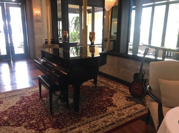アフタヌーンティー時にはピアノやギターの演奏があります。