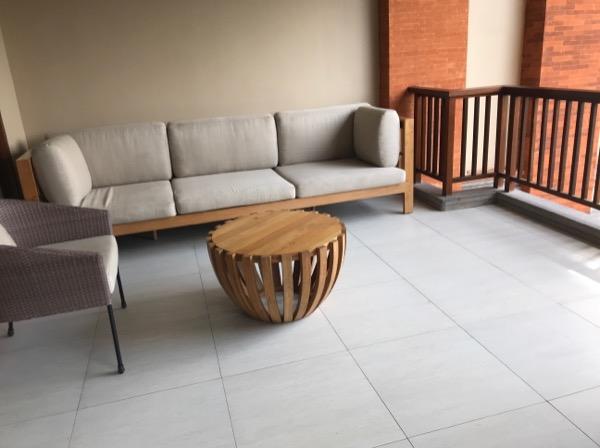 バルコニーはソファーを置いてもゆとりがある広さです。