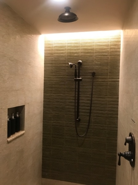 シャワーはハンドタイプです。バスタブはついておりません。