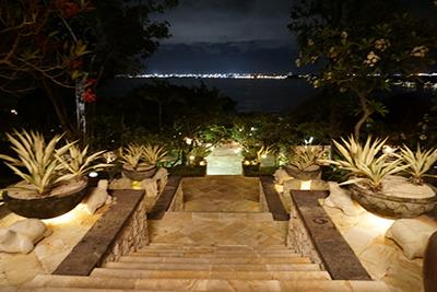 フォーシーズンズリゾートバリ アット ジンバランベイ ロビーからの景色(夜)