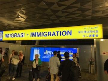 保安検査場へ向かい、保安検査、出国審査をします。※パスポート及び搭乗券を用意します。