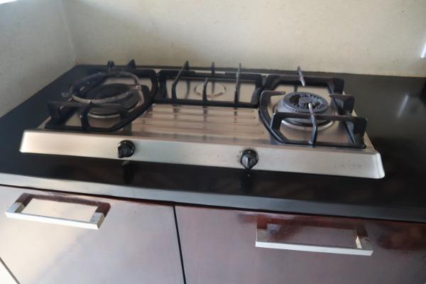 本格的なキッチンスペースで、ガスコンロとウォーターサーバーも完備。