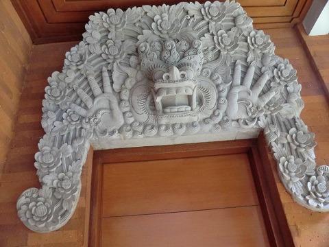 デラックスコテージ ドアの上に掛けられている石造物