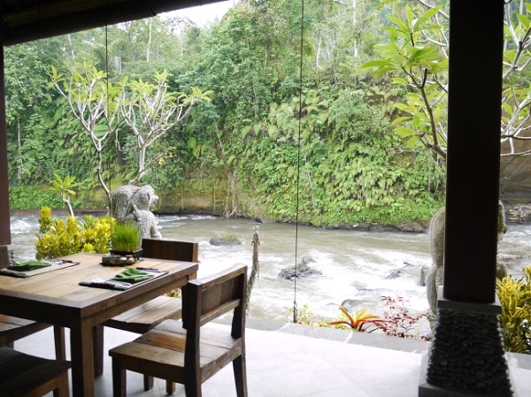 ロイヤルピタマハ ホテル前を流れるアユン川