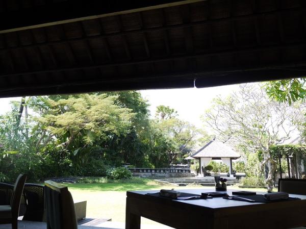 ヴィラ アイル バリ ガーデンに面したレストラン