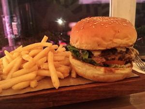 夕食のハンバーガー