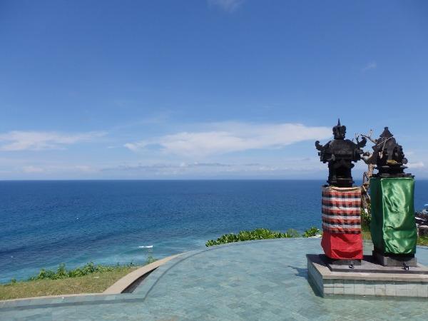 ※祭壇前にはインフィニティープールがあり、プールかインド洋へと続く広大なスケールの写真が撮れます