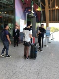 国際線出発ロビー入口 ※ガイドさんはここから先へ入れません。
