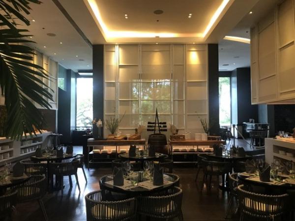 モーベンピック セブ リゾート&スパ レストラン「ザ・セイルズ」