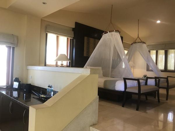シーフロントジャグジーヴィラ 天蓋付きのベッド