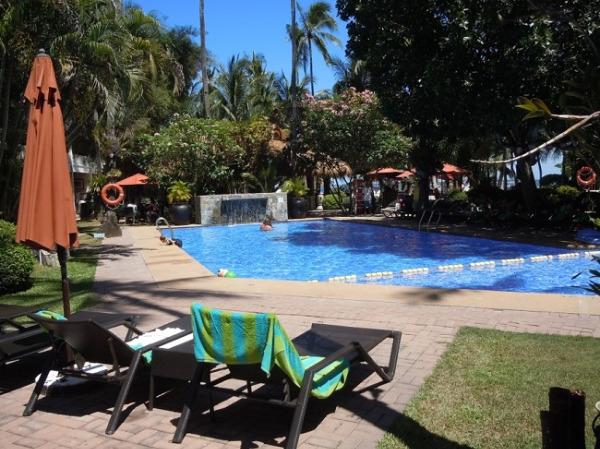 コスタベラ・トロピカル・ビーチ・ホテル ホテルの中央にあるプール