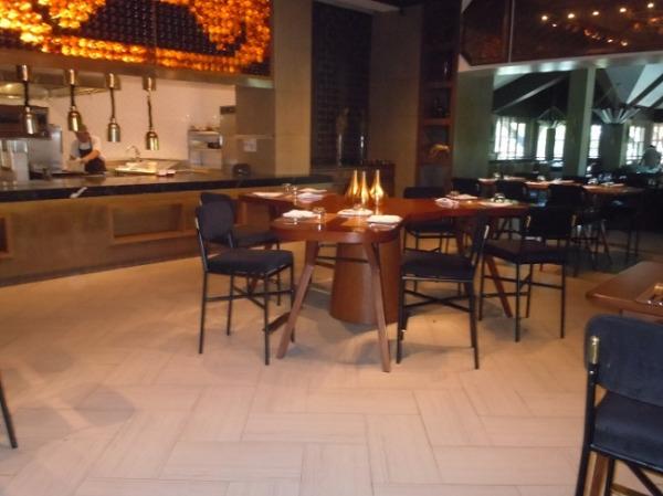 クリムソン リゾート&スパ マクタン レストラン「エニエ チェレゴンザレス」