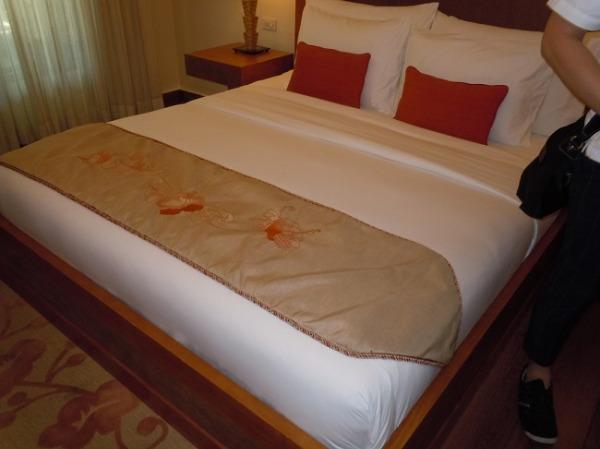 クリムソン リゾート&スパ マクタン デラックスルーム ベッドルーム