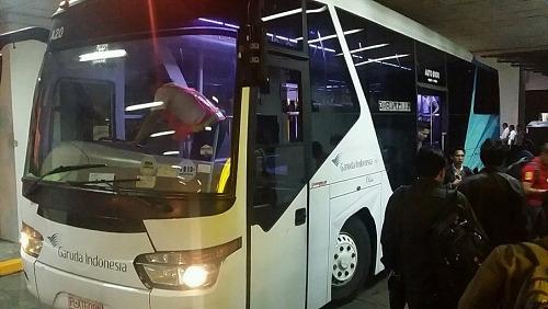ジャカルタ空港 飛行機への移動バス