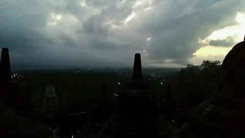 暗闇のボロブドゥール遺跡