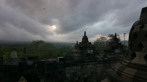 ボロブドゥール遺跡 薄曇りのサンライズ