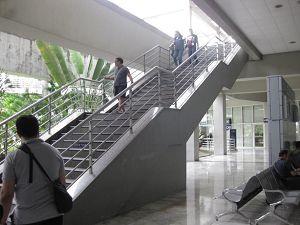 マニラ空港 乗継 *階段を上り、左のほうへ進んで行きます*