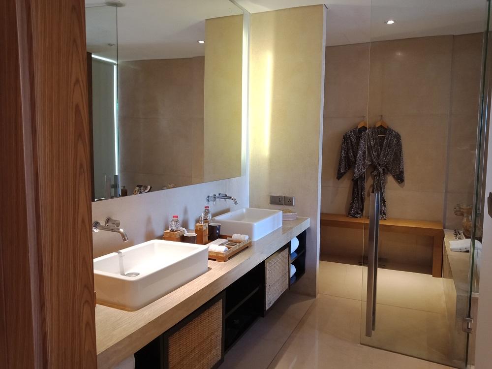バスルーム洗面台付近