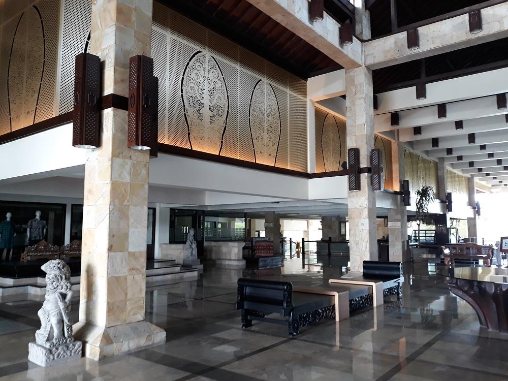 天井近くに新しく取り付けられたインドネシアらしい装飾